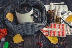 Пилюльки, падения носа и горячий чай с лимоном для холодов, обработкой, грипп жидкий Стоковое Изображение RF