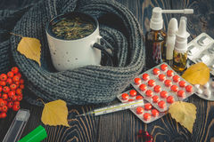 Пилюльки, падения носа и горячий чай с лимоном для холодов, обработкой, грипп жидкий Стоковое фото RF