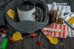 Пилюльки, падения носа и горячий чай с лимоном для холодов, обработкой, грипп жидкий Стоковые Фото