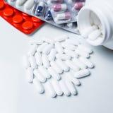пилюльки предпосылки медицинские белые Стоковая Фотография RF