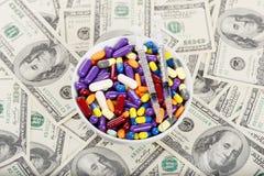 Пилюльки, таблетки и шприцы на плите Стоковая Фотография