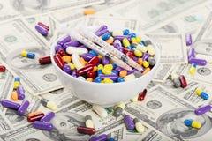 Пилюльки, шприцы и таблетки на плите Стоковые Фото