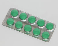 Пилюльки для головных болей и корчи в серебряном волдыре Стоковая Фотография