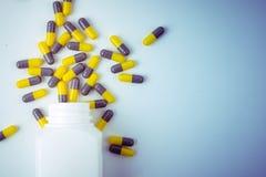 Пилюльки capsules бутылка пилюльки на белой предпосылке Стоковое Изображение RF