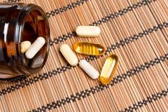 Пилюльки Multivitamin в коричневом опарнике медицины Стоковое фото RF