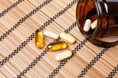 Пилюльки Multivitamin в коричневом опарнике медицины Стоковые Изображения RF