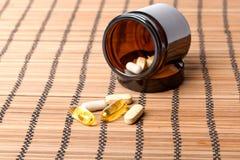 Пилюльки Multivitamin в коричневом опарнике медицины Стоковые Фото