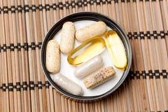 Пилюльки Multivitamin в коричневом опарнике медицины Стоковые Фотографии RF