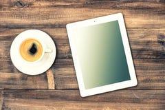 ПК и кофе таблетки на деревянном столе Рабочая станция Instagram s Стоковая Фотография RF