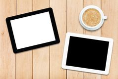 2 ПК и кофе таблетки на деревянном столе Стоковые Фото