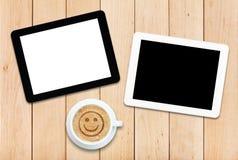 2 ПК и кофе таблетки на деревянном столе Стоковое Фото