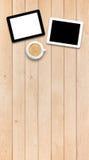 2 ПК и кофе таблетки на деревянном столе Стоковое фото RF