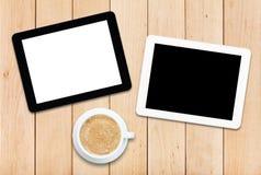 2 ПК и кофе таблетки на деревянном столе Стоковая Фотография