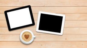 2 ПК и кофе таблетки на деревянном столе Стоковая Фотография RF