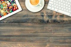ПК, клавиатура и чашка кофе таблетки рабочее место с рождеством Стоковое Изображение