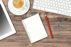 ПК, клавиатура и чашка кофе таблетки цифров Workp домашнего офиса Стоковое фото RF