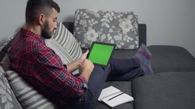 ПК таблетки пользы человека с зелеными экраном и тетрадью сток-видео