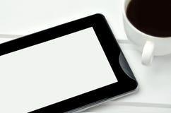 ПК таблетки с чашкой кофе на таблице Стоковое Изображение RF
