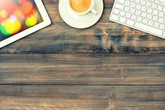 ПК таблетки цифров, клавиатура и красная чашка кофе сбор винограда типа лилии иллюстрации красный Стоковая Фотография RF