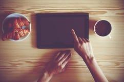 ПК таблетки цифров с кофе стоковые фотографии rf
