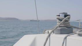 Плавайте ворот и веревочка на паруснике в конце моря вверх Ворот и веревочка яхты ветрила видеоматериал