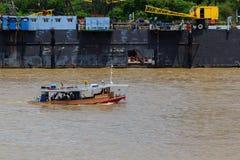 Плавание буксира или буксира в реке стоковое изображение