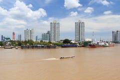 Плавание буксира или буксира в реке Стоковое Фото