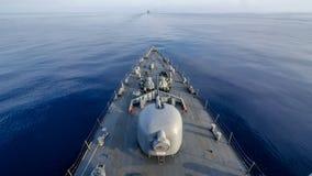 Плавание военного корабля вдоль вида на море от смычка Стоковые Фото