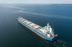 Плавание грузового корабля в море Стоковое фото RF