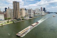 Плавание грузового корабля в Нью-Йорке, США стоковая фотография rf