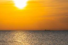 Плавание грузового корабля на горизонте на восходе солнца Стоковые Фото