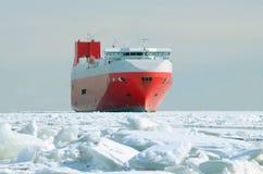 Плавание грузового корабля на море Стоковые Изображения
