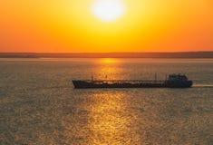 Плавание грузового корабля по побережью на зоре ландшафт рисуночный Стоковое Изображение RF
