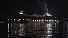 Плавание драгоценности вкладыша круиза норвежское в морском порте Тихого океана темной ночью сток-видео