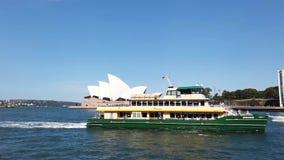 Плавание за оперным театром, Австралия парома гавани Сиднея сток-видео