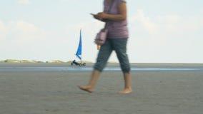 Плавание земли - пилот в фуре ветрила свертывает через дезертированный песчаный пляж сток-видео