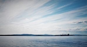 Плавание корабля в белом море стоковые изображения rf