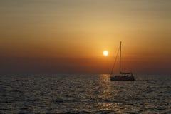 Плавание корабля на заходе солнца в Хорватии Стоковое Фото