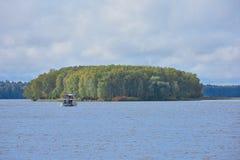 Плавание к острову на шлюпке озера стоковое фото