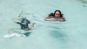 Плавание матери и дочери в бассейне стоковая фотография rf