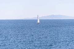 Плавание парусника рядом с маяком Aguilas в Испании стоковое фото rf
