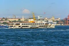 Плавание пассажирского парома Стамбула внутри к морю Bosphorus, Стамбулу, Турции Стоковые Изображения RF