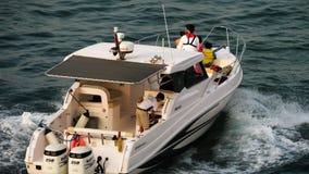Плавание семьи на яхте видеоматериал
