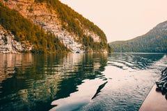 Плавание шлюпки через кристалл - чистые воды озера Koenigsee Стоковое фото RF