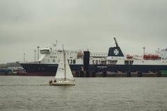 Плавание яхты в гавани Klaipeda стоковые изображения rf