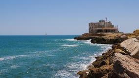 Плавание яхты в море около старого маяка с голубой брызгать развевает на переднем плане видеоматериал