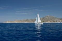 Плавание яхты в море Стоковые Изображения