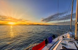 Плавание яхты к заходу солнца Стоковое Фото