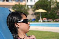 плавательный бассеин девушки стоковые фотографии rf