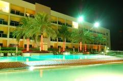 Плавательный бассеин и здание роскошной гостиницы Стоковые Изображения